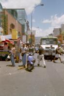 Taxi moto hilare dans une rue de Caracas
