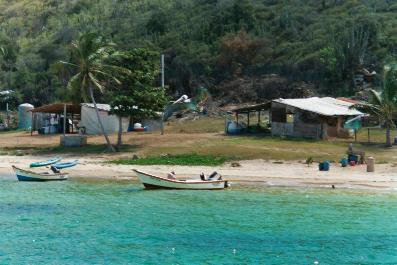 La baie d'Iguana, avec ses 4 maisons et son petit fort militaire